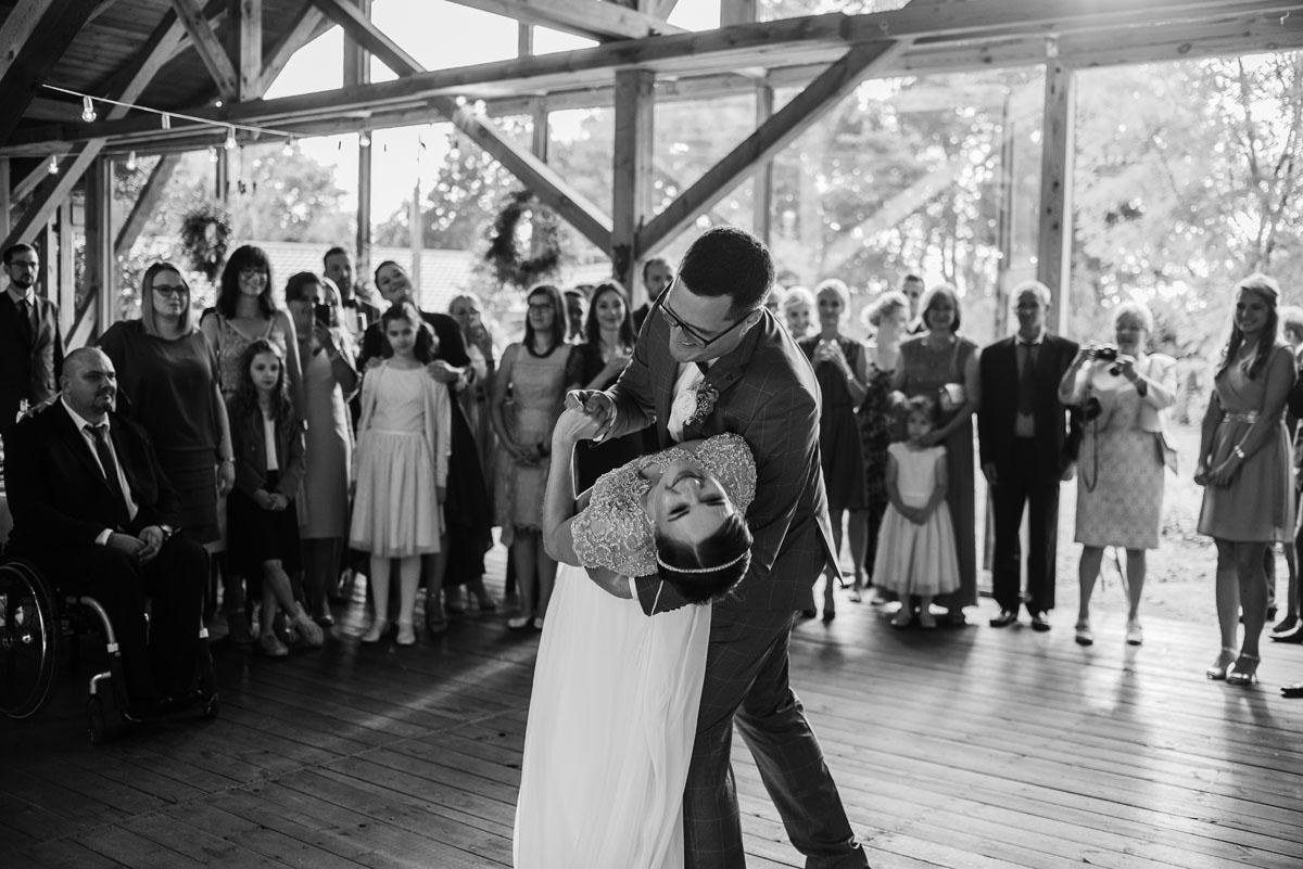 alternatywny-slub-wesele-w-stylu-slow-wedding-szklana-stodola-Bozenkowo-Swietliste-fotografujemy-emocje-Magda-Jakub-156