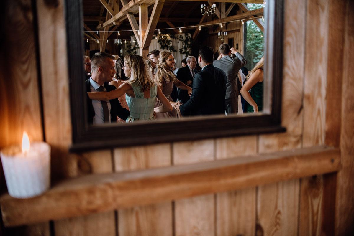 alternatywny-slub-wesele-w-stylu-slow-wedding-szklana-stodola-Bozenkowo-Swietliste-fotografujemy-emocje-Magda-Jakub-157