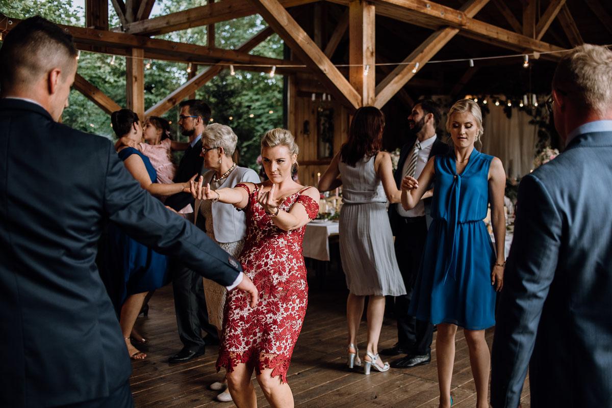 alternatywny-slub-wesele-w-stylu-slow-wedding-szklana-stodola-Bozenkowo-Swietliste-fotografujemy-emocje-Magda-Jakub-158