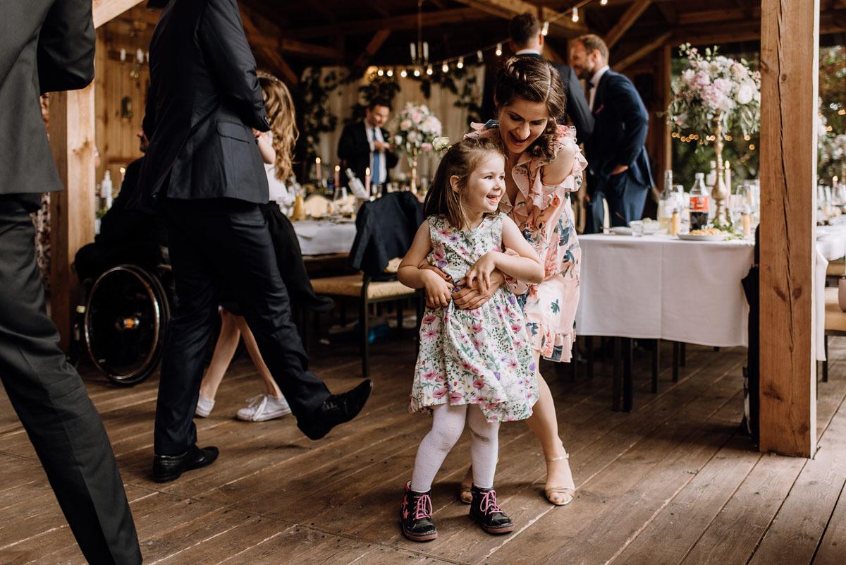 alternatywny-slub-wesele-w-stylu-slow-wedding-szklana-stodola-Bozenkowo-Swietliste-fotografujemy-emocje-Magda-Jakub-159