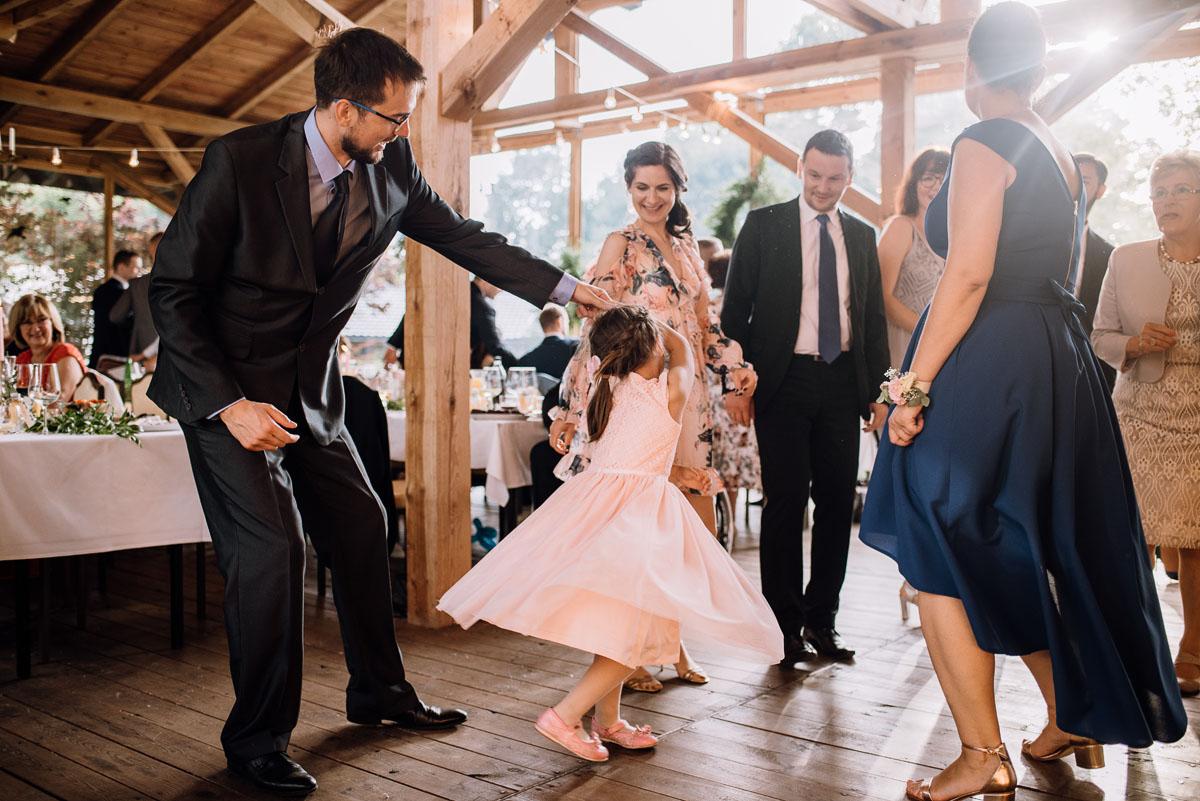 alternatywny-slub-wesele-w-stylu-slow-wedding-szklana-stodola-Bozenkowo-Swietliste-fotografujemy-emocje-Magda-Jakub-160