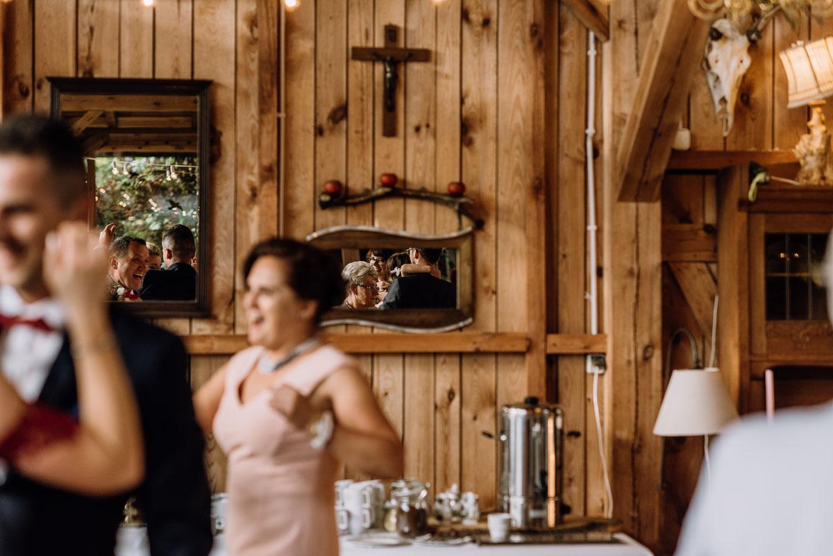 alternatywny-slub-wesele-w-stylu-slow-wedding-szklana-stodola-Bozenkowo-Swietliste-fotografujemy-emocje-Magda-Jakub-163