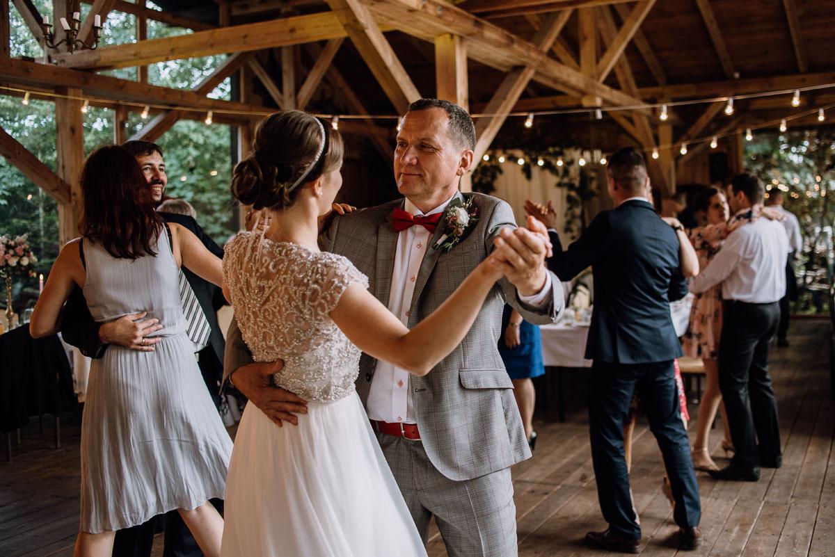 alternatywny-slub-wesele-w-stylu-slow-wedding-szklana-stodola-Bozenkowo-Swietliste-fotografujemy-emocje-Magda-Jakub-166