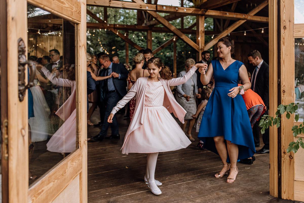 alternatywny-slub-wesele-w-stylu-slow-wedding-szklana-stodola-Bozenkowo-Swietliste-fotografujemy-emocje-Magda-Jakub-169