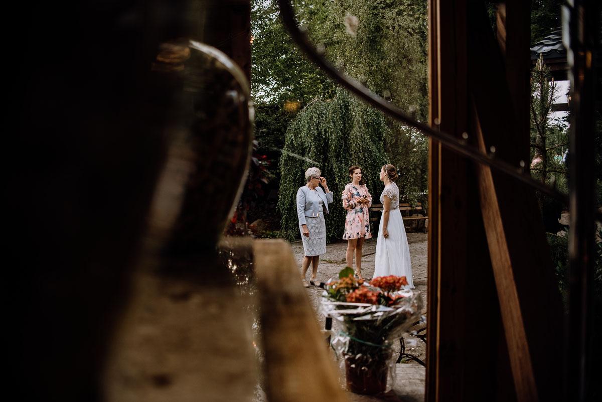 alternatywny-slub-wesele-w-stylu-slow-wedding-szklana-stodola-Bozenkowo-Swietliste-fotografujemy-emocje-Magda-Jakub-198