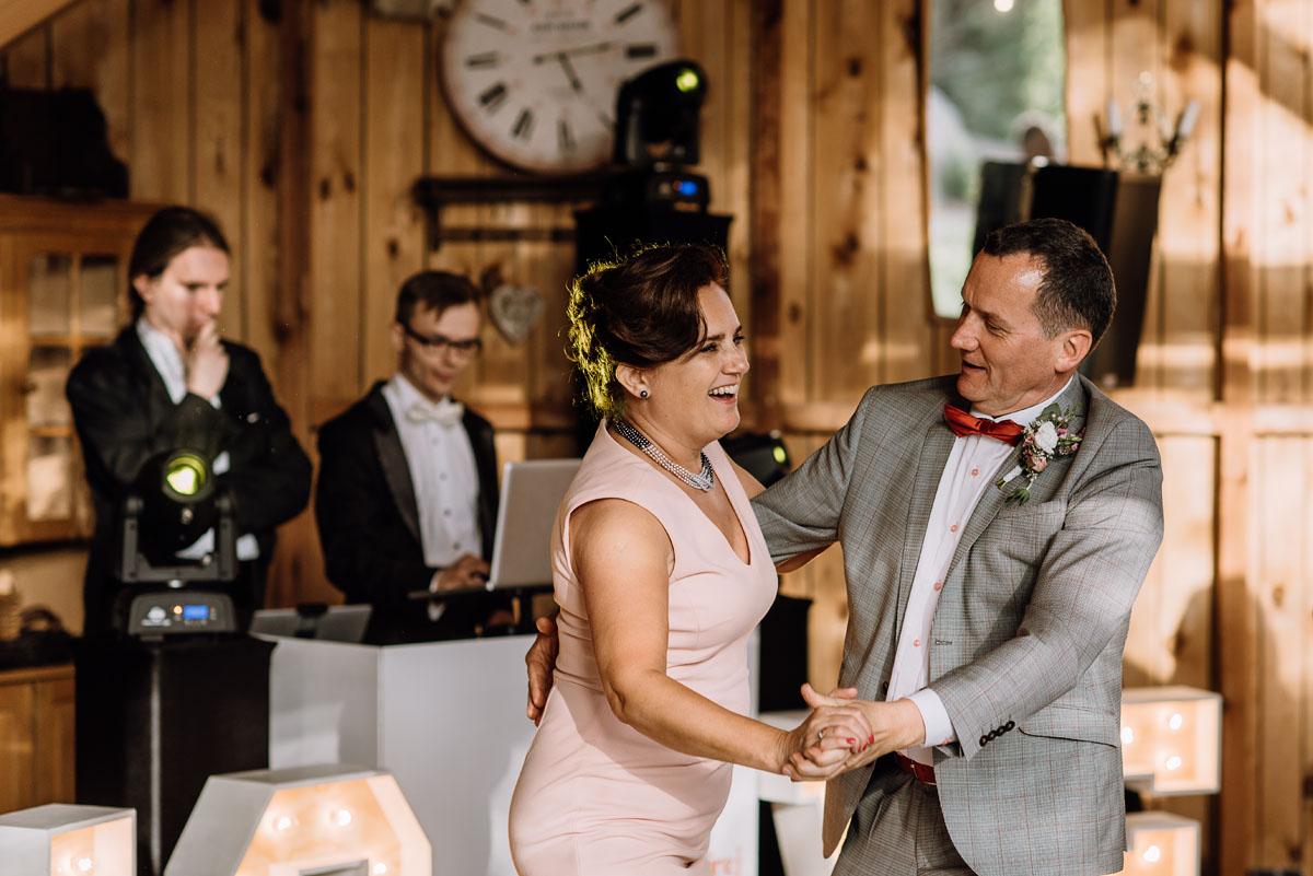 alternatywny-slub-wesele-w-stylu-slow-wedding-szklana-stodola-Bozenkowo-Swietliste-fotografujemy-emocje-Magda-Jakub-206