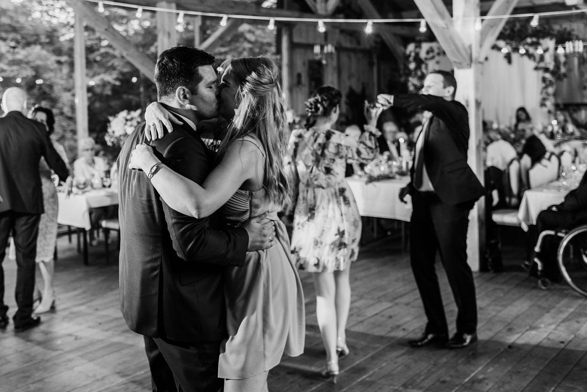alternatywny-slub-wesele-w-stylu-slow-wedding-szklana-stodola-Bozenkowo-Swietliste-fotografujemy-emocje-Magda-Jakub-207
