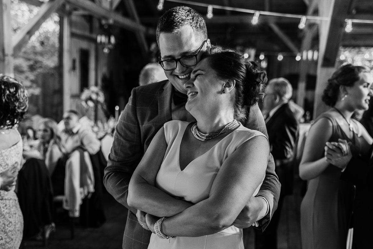alternatywny-slub-wesele-w-stylu-slow-wedding-szklana-stodola-Bozenkowo-Swietliste-fotografujemy-emocje-Magda-Jakub-208