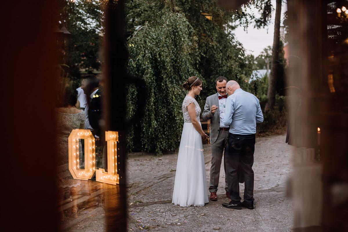 alternatywny-slub-wesele-w-stylu-slow-wedding-szklana-stodola-Bozenkowo-Swietliste-fotografujemy-emocje-Magda-Jakub-211