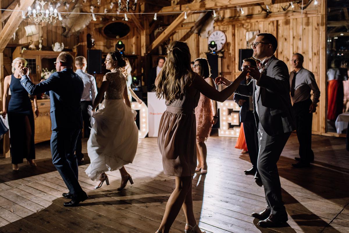 alternatywny-slub-wesele-w-stylu-slow-wedding-szklana-stodola-Bozenkowo-Swietliste-fotografujemy-emocje-Magda-Jakub-213