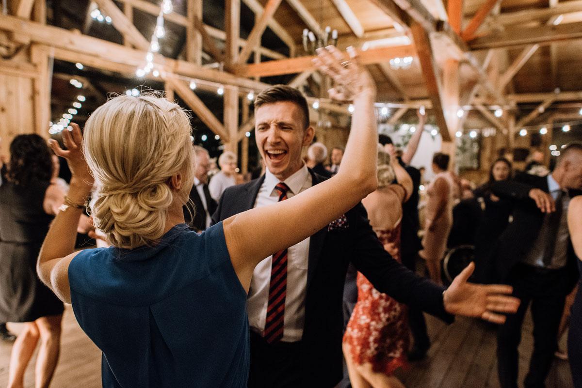 alternatywny-slub-wesele-w-stylu-slow-wedding-szklana-stodola-Bozenkowo-Swietliste-fotografujemy-emocje-Magda-Jakub-215