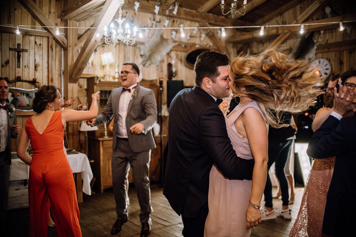 alternatywny-slub-wesele-w-stylu-slow-wedding-szklana-stodola-Bozenkowo-Swietliste-fotografujemy-emocje-Magda-Jakub-216