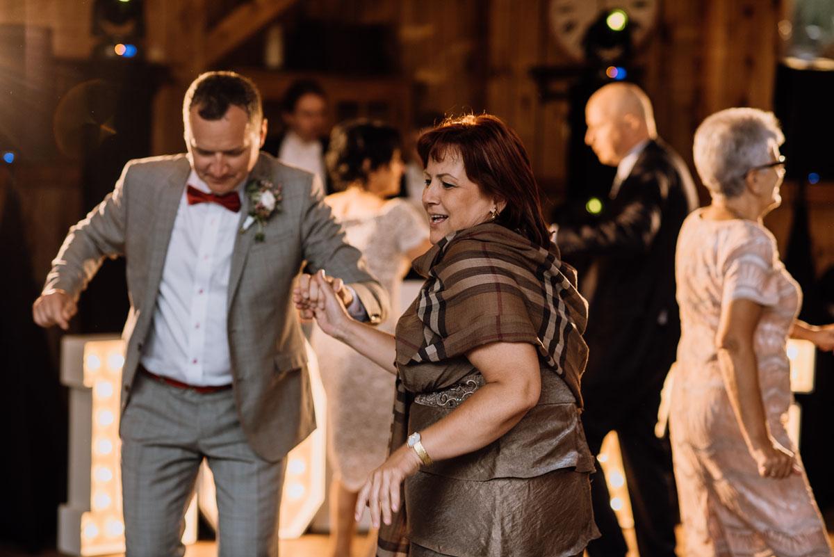 alternatywny-slub-wesele-w-stylu-slow-wedding-szklana-stodola-Bozenkowo-Swietliste-fotografujemy-emocje-Magda-Jakub-217