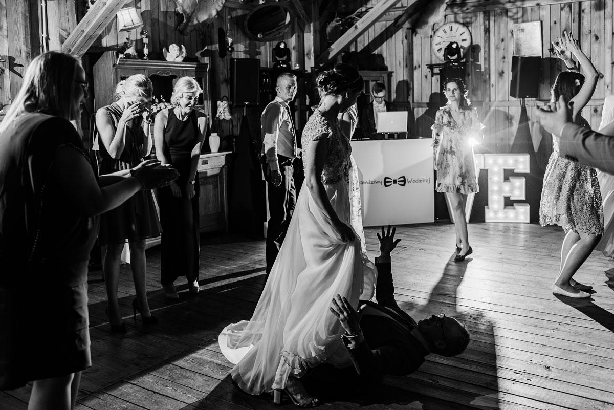 alternatywny-slub-wesele-w-stylu-slow-wedding-szklana-stodola-Bozenkowo-Swietliste-fotografujemy-emocje-Magda-Jakub-219