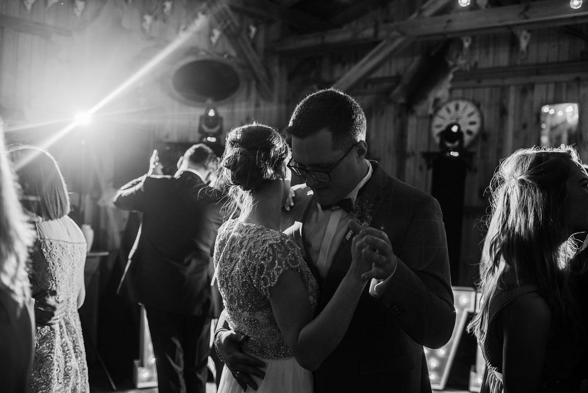 alternatywny-slub-wesele-w-stylu-slow-wedding-szklana-stodola-Bozenkowo-Swietliste-fotografujemy-emocje-Magda-Jakub-220