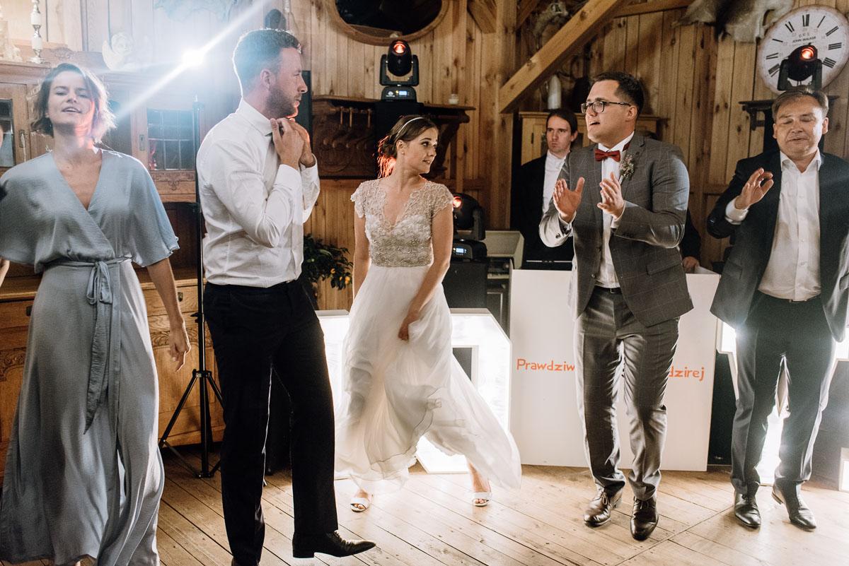 alternatywny-slub-wesele-w-stylu-slow-wedding-szklana-stodola-Bozenkowo-Swietliste-fotografujemy-emocje-Magda-Jakub-222