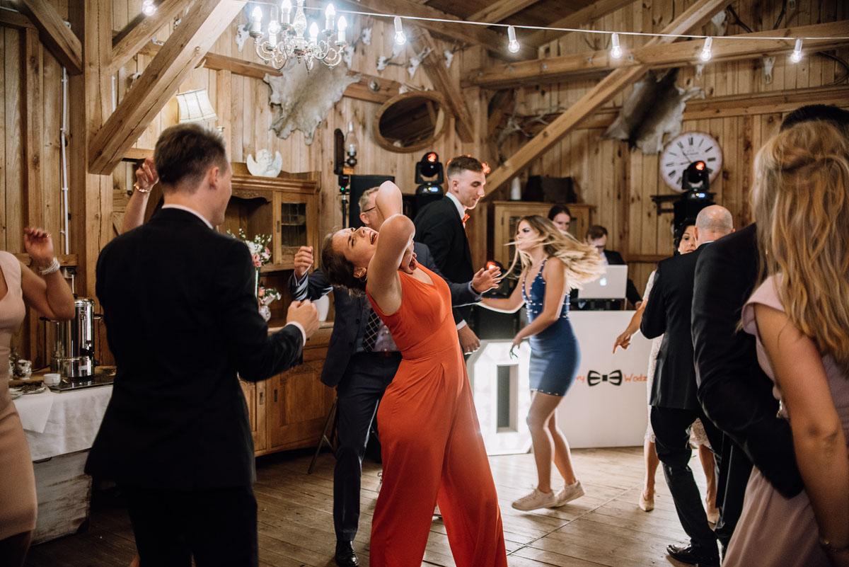 alternatywny-slub-wesele-w-stylu-slow-wedding-szklana-stodola-Bozenkowo-Swietliste-fotografujemy-emocje-Magda-Jakub-225