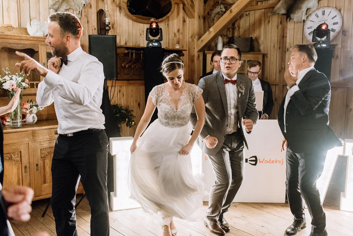 alternatywny-slub-wesele-w-stylu-slow-wedding-szklana-stodola-Bozenkowo-Swietliste-fotografujemy-emocje-Magda-Jakub-226