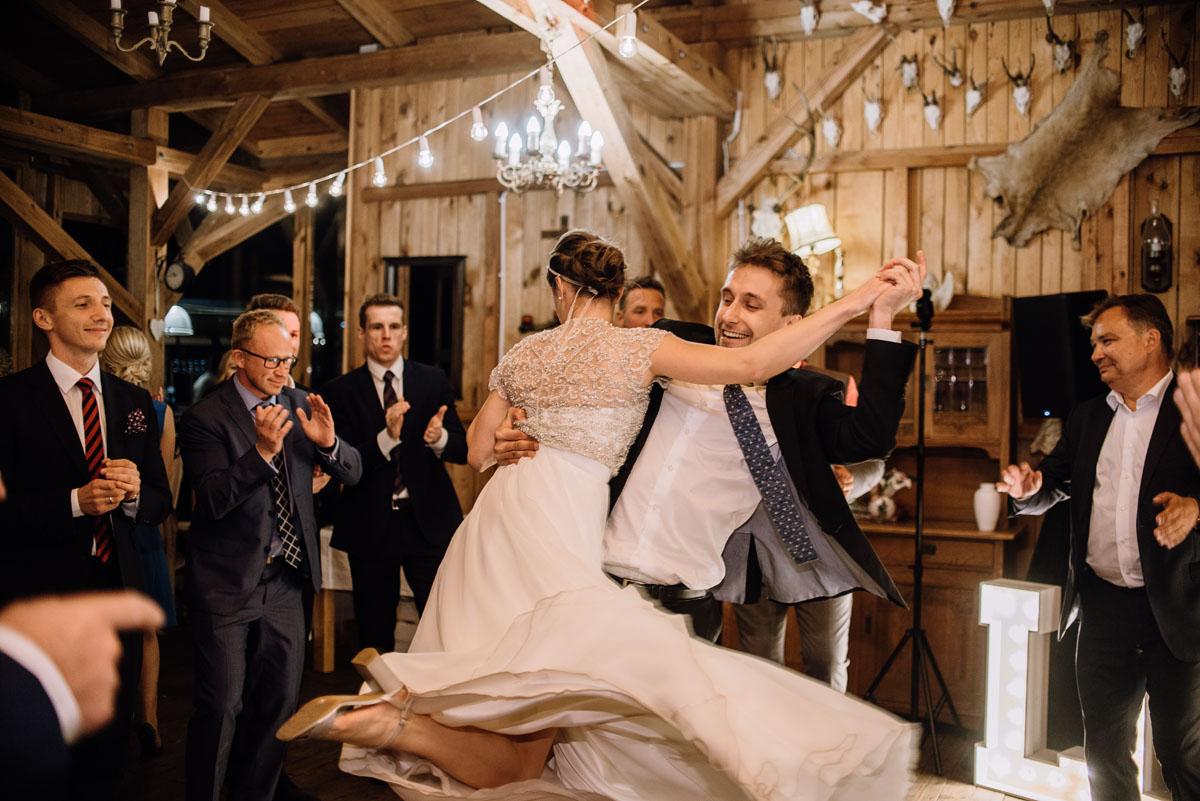 alternatywny-slub-wesele-w-stylu-slow-wedding-szklana-stodola-Bozenkowo-Swietliste-fotografujemy-emocje-Magda-Jakub-228