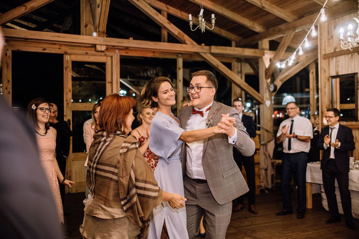 alternatywny-slub-wesele-w-stylu-slow-wedding-szklana-stodola-Bozenkowo-Swietliste-fotografujemy-emocje-Magda-Jakub-230