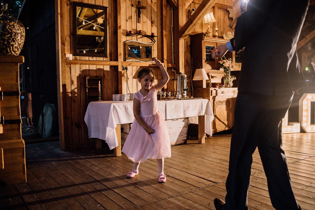 alternatywny-slub-wesele-w-stylu-slow-wedding-szklana-stodola-Bozenkowo-Swietliste-fotografujemy-emocje-Magda-Jakub-233