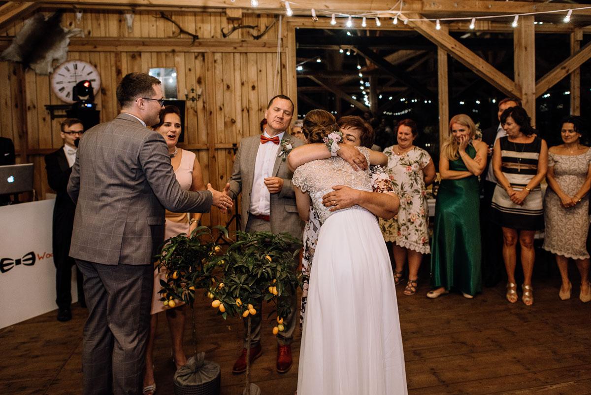 alternatywny-slub-wesele-w-stylu-slow-wedding-szklana-stodola-Bozenkowo-Swietliste-fotografujemy-emocje-Magda-Jakub-237