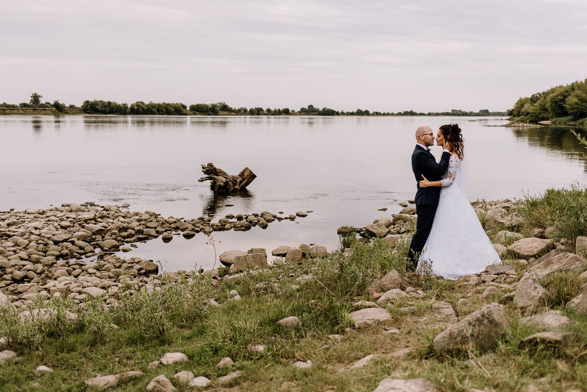 naturalna-sesja-penerowa-na-wsi-konie-krowy-kujawsko-pomorskie-Daniela-Maciej-012