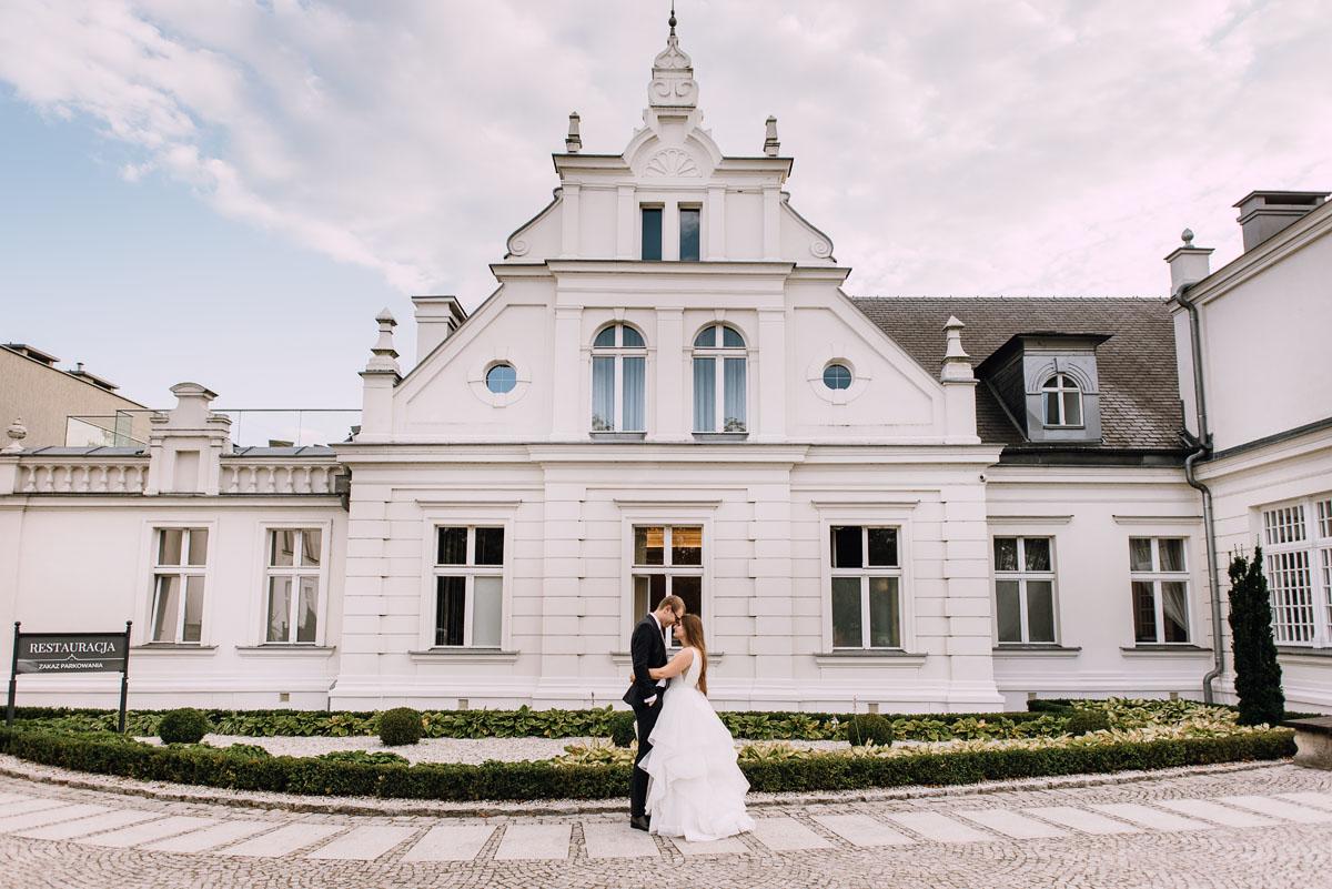 Palac-Romantyczny-Turzno-pastelowy-plener-slubny-Torun-Joanna-Milosz-001