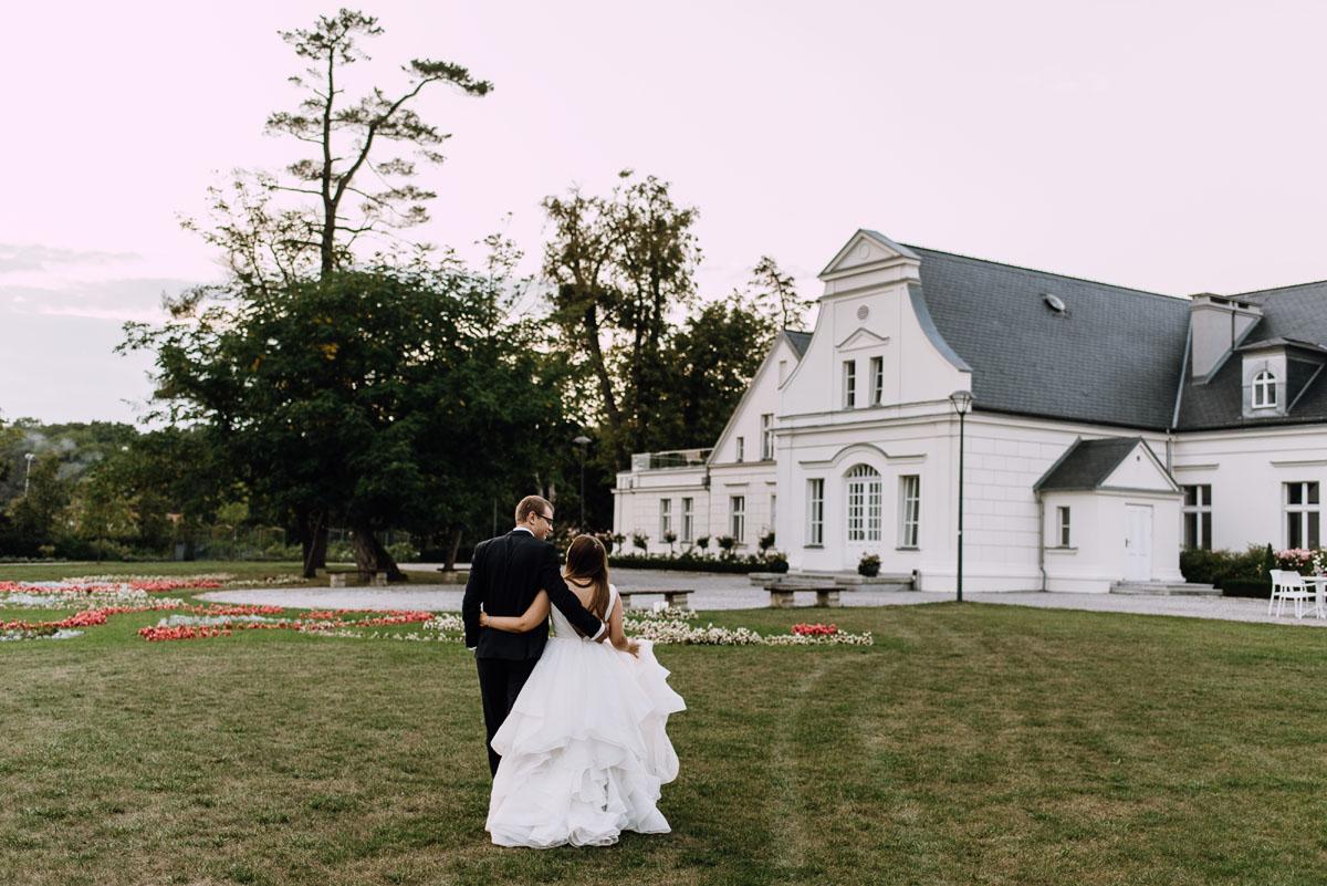 Palac-Romantyczny-Turzno-pastelowy-plener-slubny-Torun-Joanna-Milosz-031