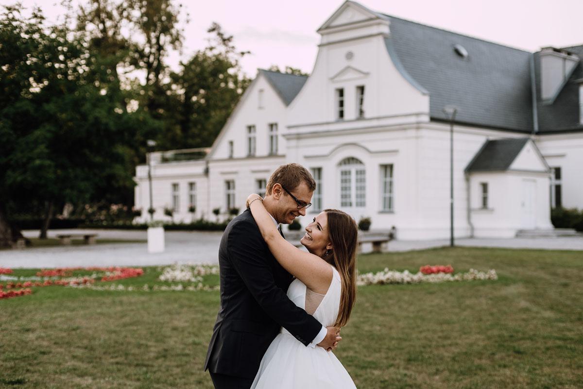 Palac-Romantyczny-Turzno-pastelowy-plener-slubny-Torun-Joanna-Milosz-033