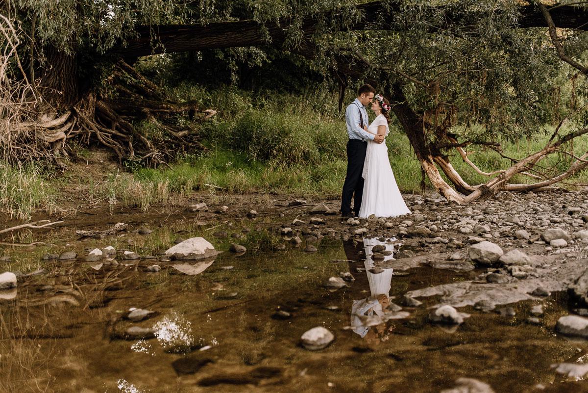 Swietliste-naturalny-plener-slubny-w-lesie-nad-Wisla-Torun-Joanna-Adam-037
