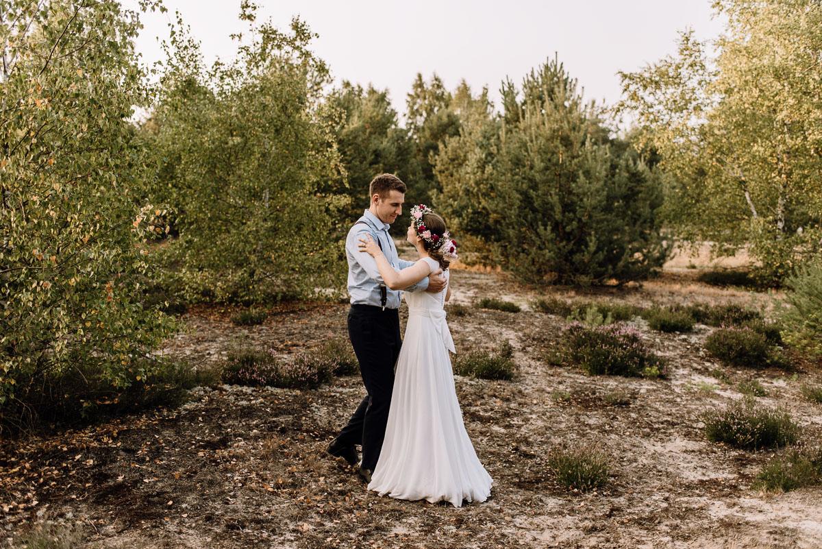 Swietliste-naturalny-plener-slubny-w-lesie-nad-Wisla-Torun-Joanna-Adam-052