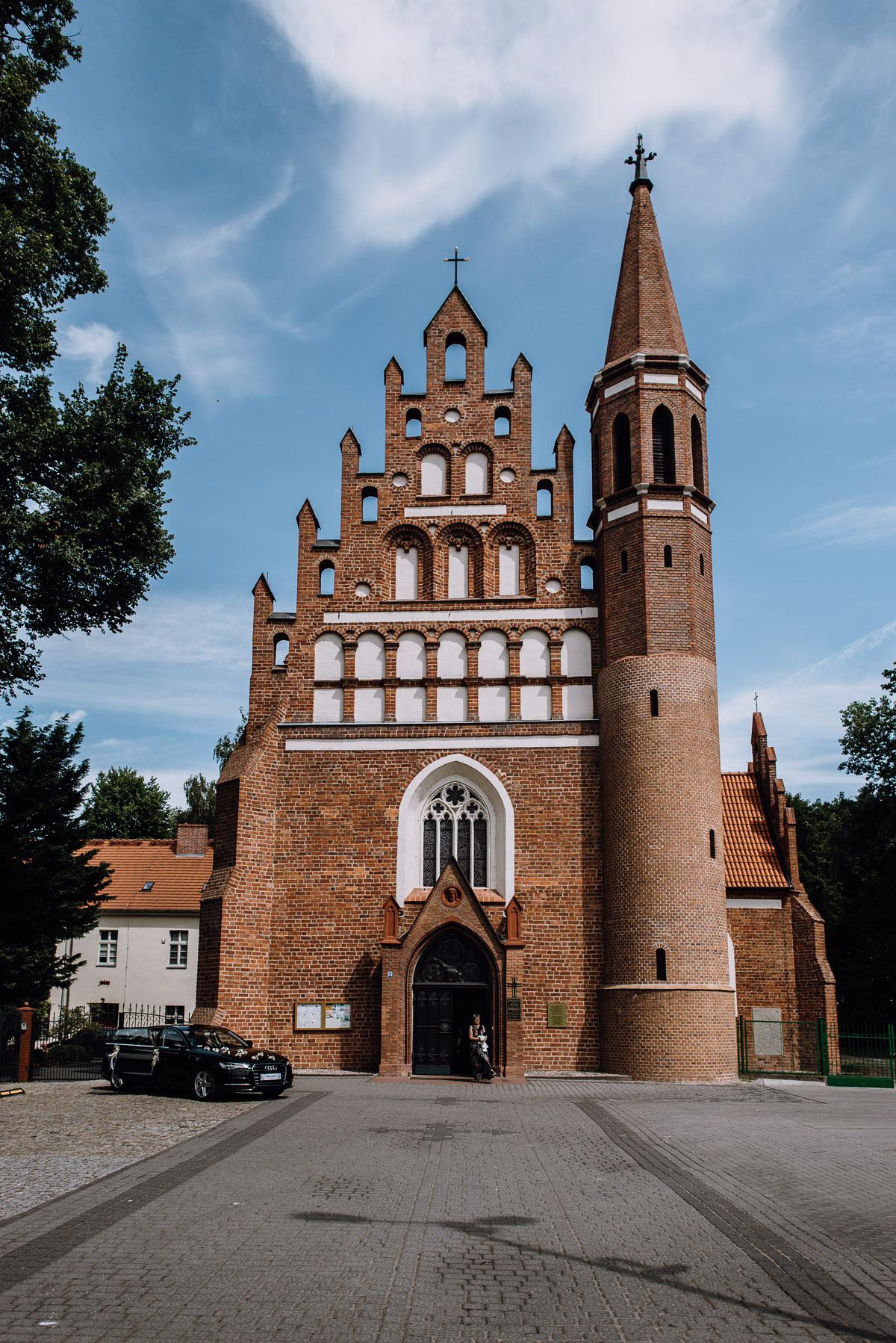 Swietliste-fotografia-slubna-Bydgoszcz-kosciol-Garnizonowy-dwor-Hulanka-Dominika-Bartosz-fotografujemy-emocje-038