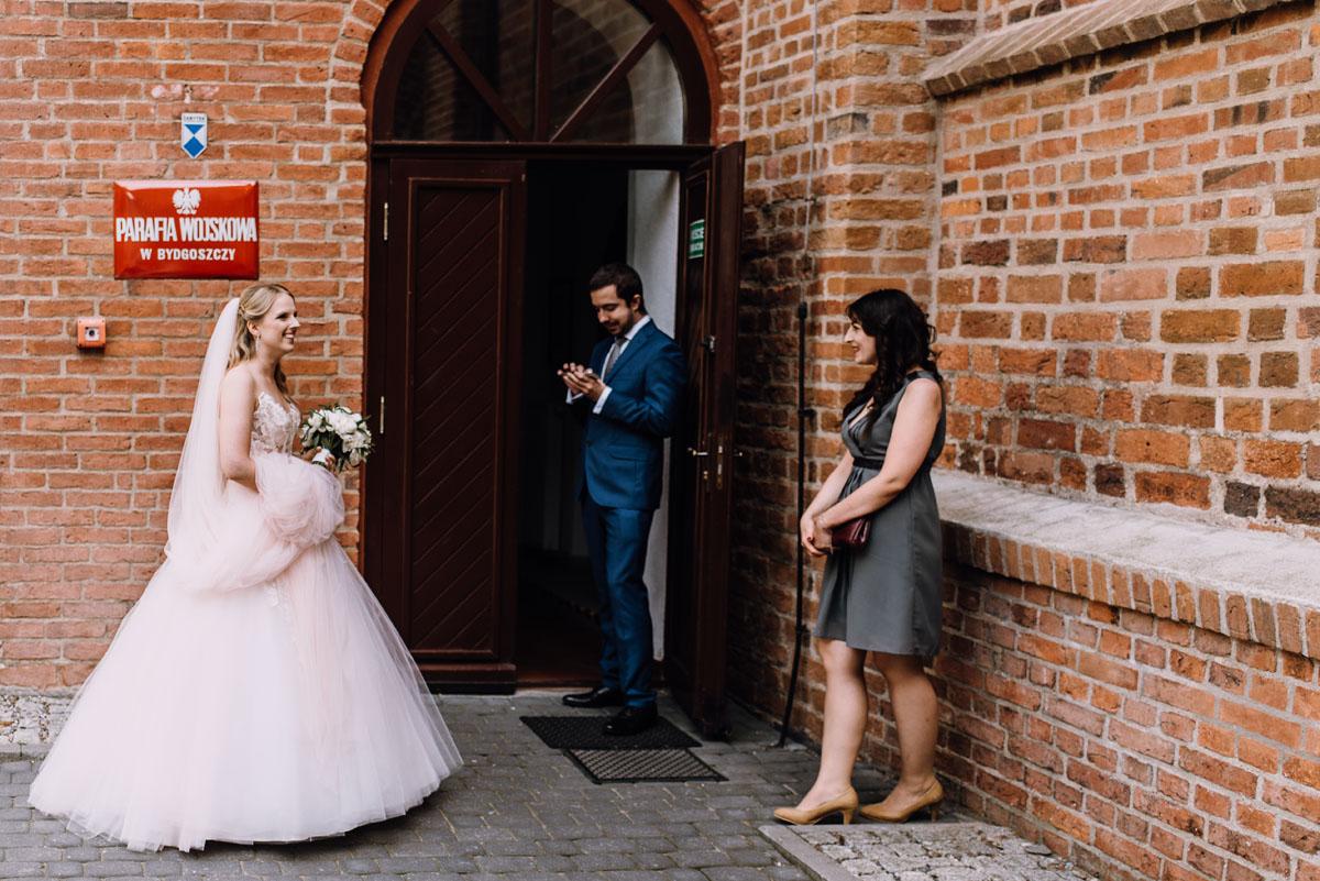 Swietliste-fotografia-slubna-Bydgoszcz-kosciol-Garnizonowy-dwor-Hulanka-Dominika-Bartosz-fotografujemy-emocje-043
