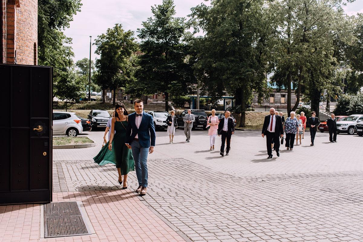 Swietliste-fotografia-slubna-Bydgoszcz-kosciol-Garnizonowy-dwor-Hulanka-Dominika-Bartosz-fotografujemy-emocje-045