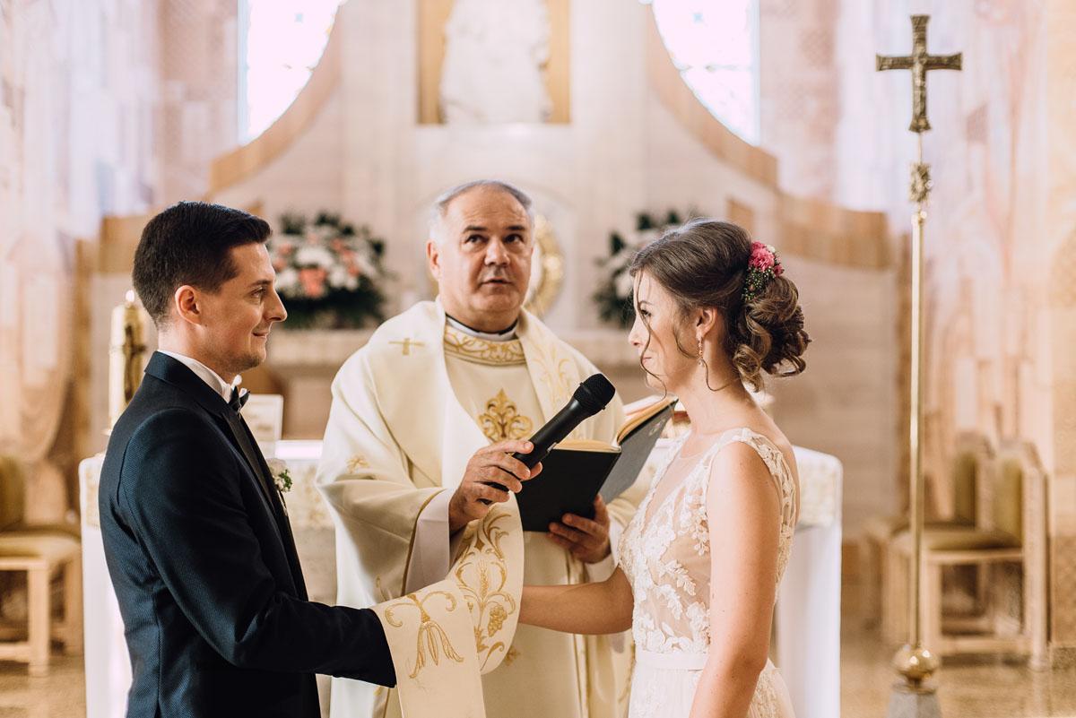 reportaz-slubny-parafia-NMP-Wspomozycielki-Wiernych-Niemcz-restauracja-Maestra-Opera-Nova-Bydgoszcz-Monika-Adrian-077