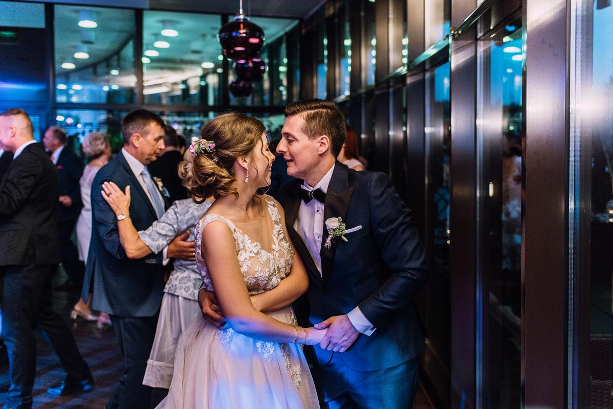 reportaz-slubny-parafia-NMP-Wspomozycielki-Wiernych-Niemcz-restauracja-Maestra-Opera-Nova-Bydgoszcz-Monika-Adrian-203