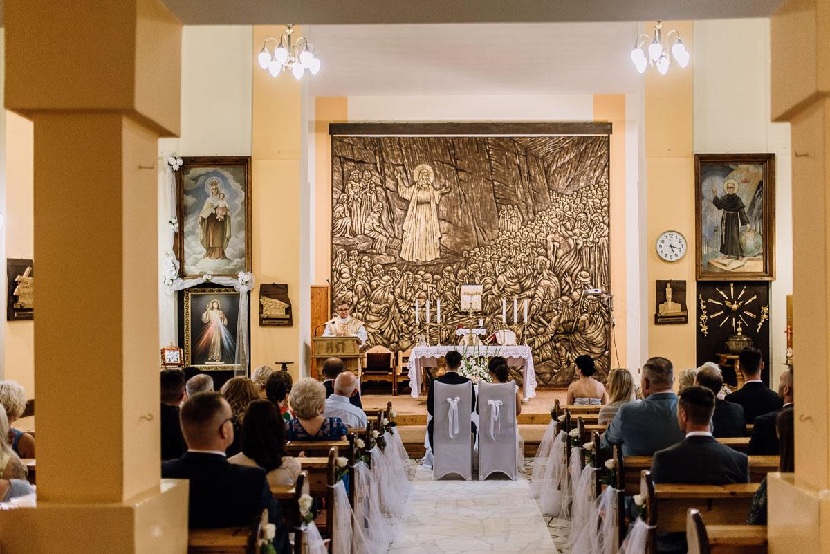 fotografia-slubna-Bydgoszcz-slub-kosciol-Matki-Boskiej-Szkaplerznej-wesele-Stary-Mlyn-Wierzchucice-Klaudia-Michal-090