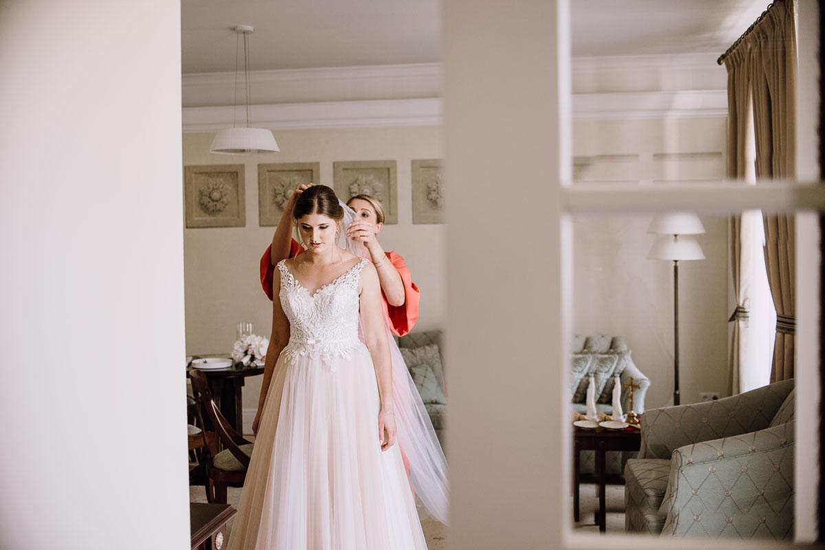 slub-plenerowy-w-kolorze-rozowego-szampana-natalia-i-kazimierz-palac-romantyczny-turzno-swietliste-fotografujemy-emocje-043