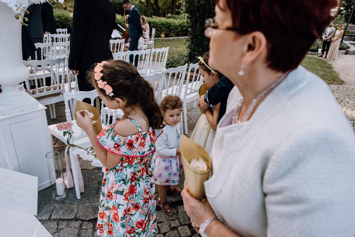 slub-plenerowy-w-kolorze-rozowego-szampana-natalia-i-kazimierz-palac-romantyczny-turzno-swietliste-fotografujemy-emocje-132