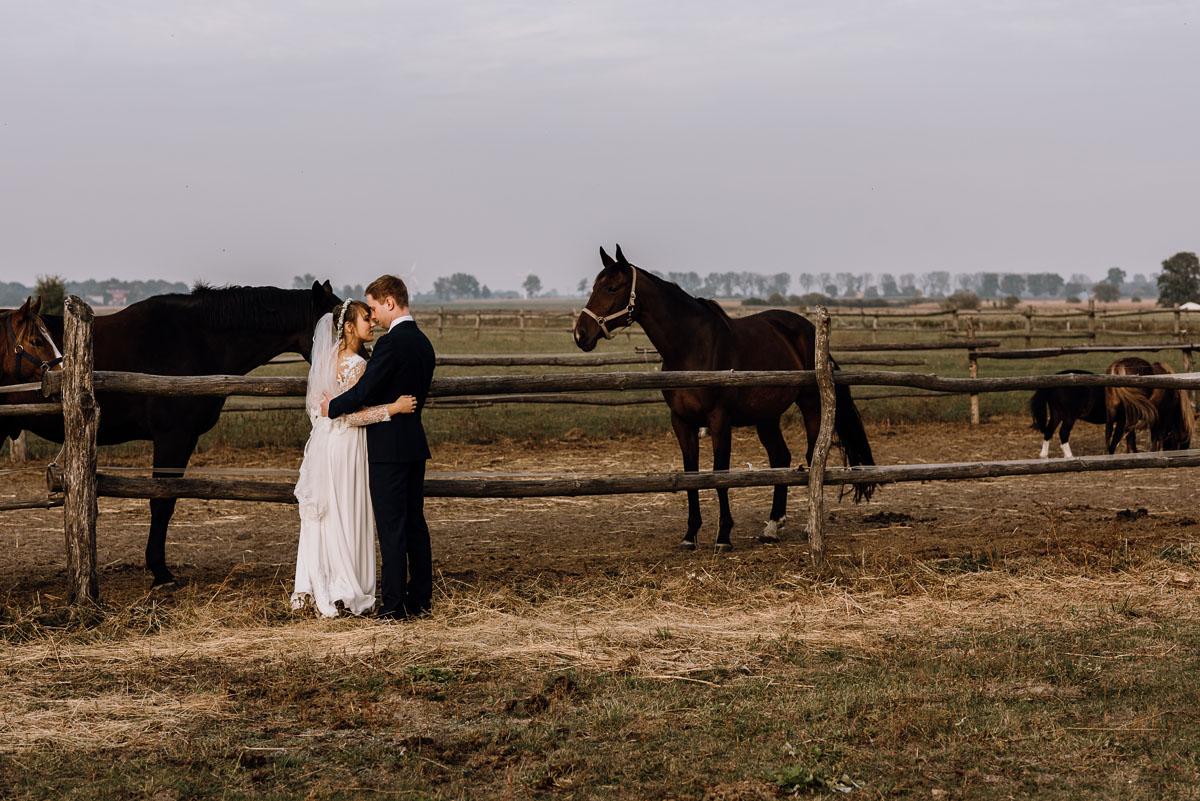 jesienny-plener-slubny-stadnina-koni-Balczewo-Joanna-Michal-022