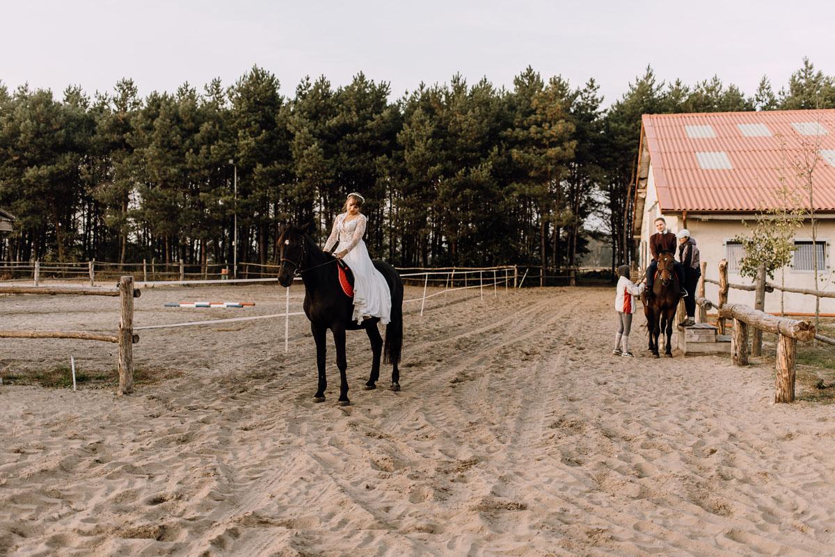 jesienny-plener-slubny-stadnina-koni-Balczewo-Joanna-Michal-027