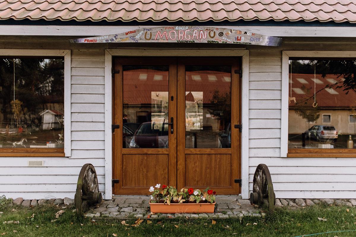 jesienny-plener-slubny-stadnina-koni-Balczewo-Joanna-Michal-028