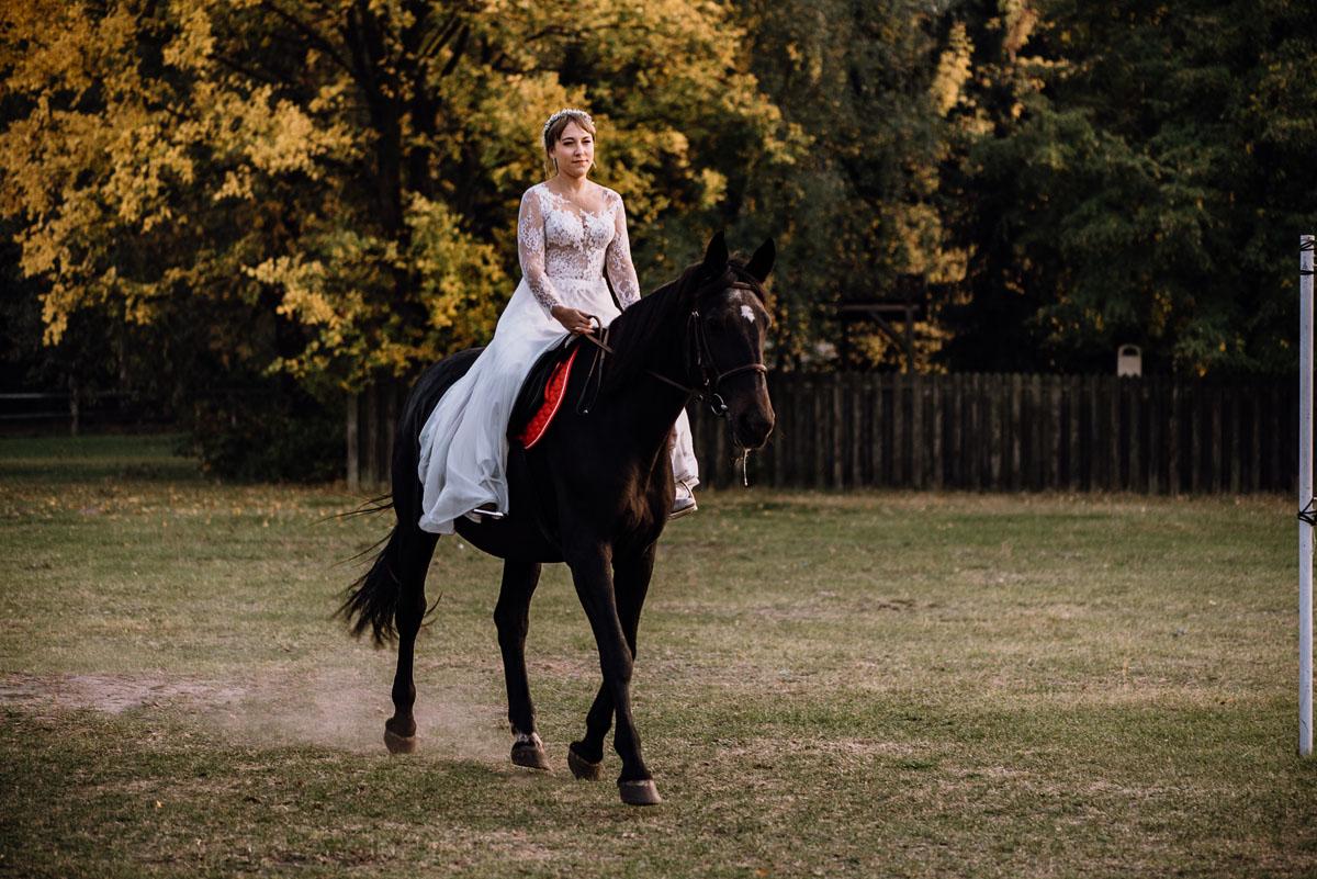 jesienny-plener-slubny-stadnina-koni-Balczewo-Joanna-Michal-030