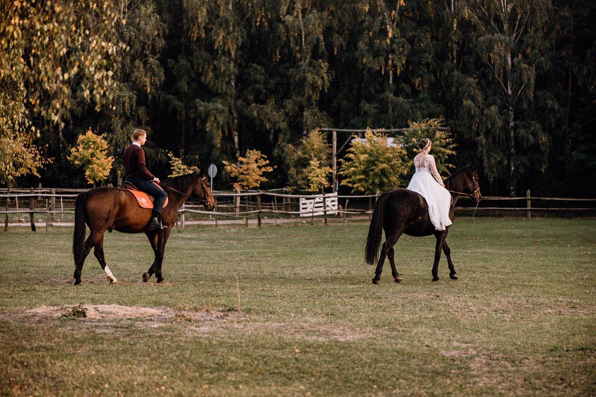 jesienny-plener-slubny-stadnina-koni-Balczewo-Joanna-Michal-034