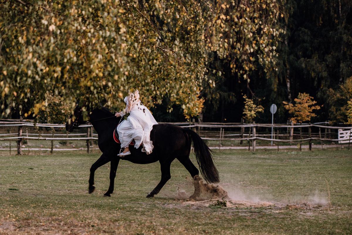 jesienny-plener-slubny-stadnina-koni-Balczewo-Joanna-Michal-035
