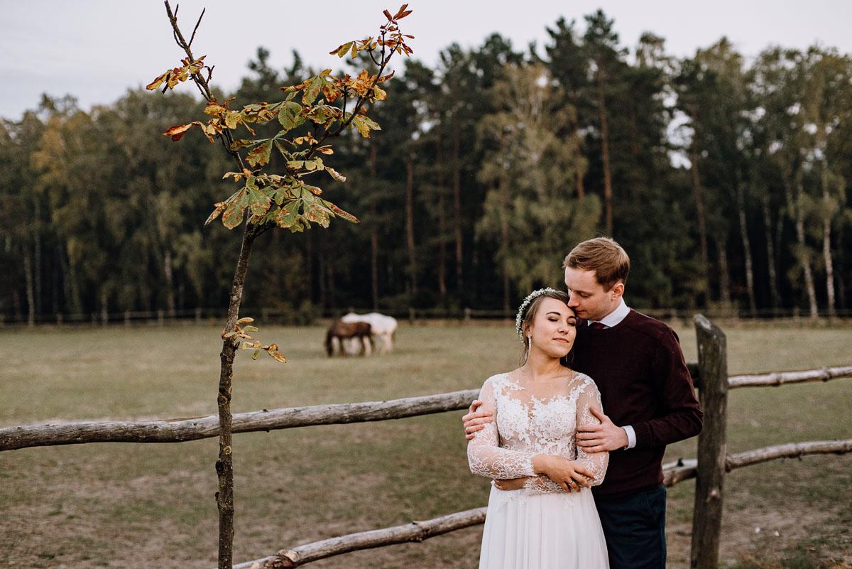 jesienny-plener-slubny-stadnina-koni-Balczewo-Joanna-Michal-039