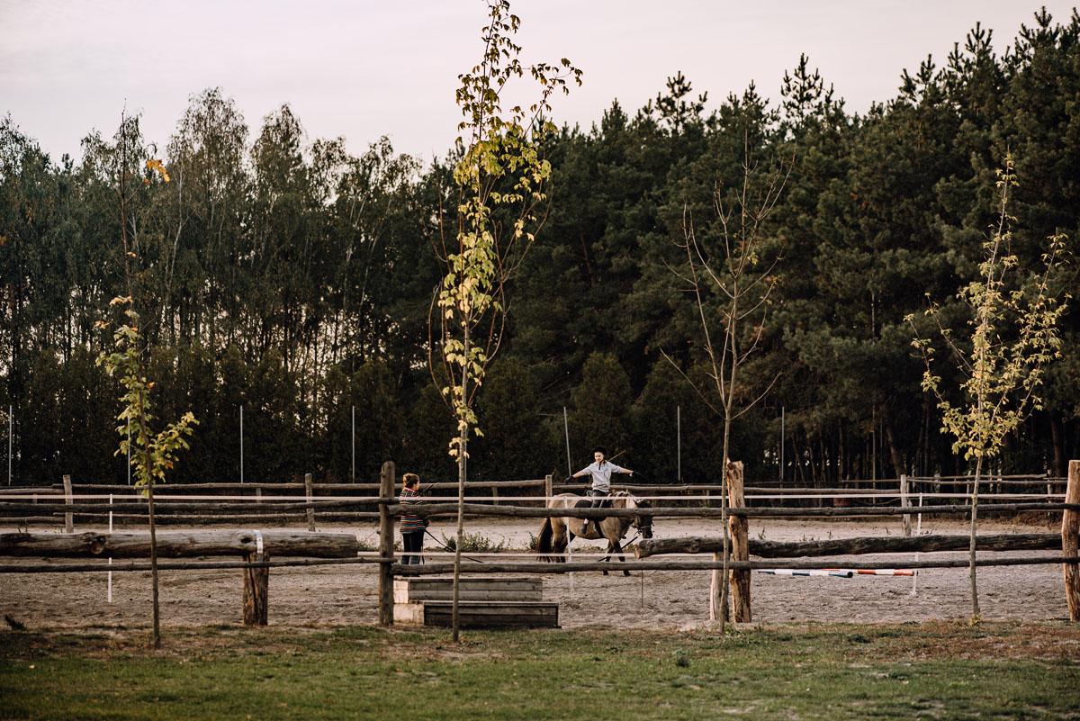 jesienny-plener-slubny-stadnina-koni-Balczewo-Joanna-Michal-040