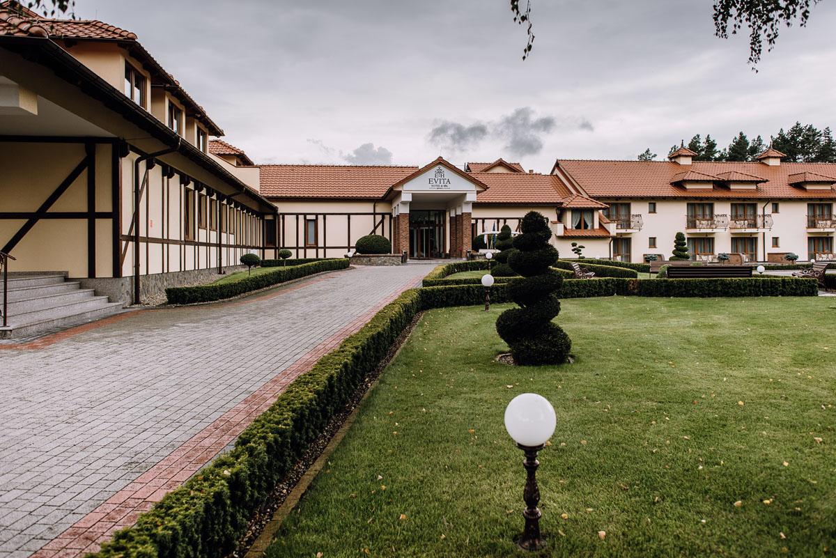 Reportaz-slubny-Bydgoszcz-slub-parafia-Podwyzszenia-Krzyza-Sw-Osie-wesele-Hotel-Spa-Evita-Tlen-Swietliste-fotografujemy-emocje-Patrycja-Dawid-002