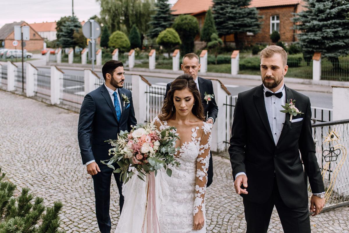 Reportaz-slubny-Bydgoszcz-slub-parafia-Podwyzszenia-Krzyza-Sw-Osie-wesele-Hotel-Spa-Evita-Tlen-Swietliste-fotografujemy-emocje-Patrycja-Dawid-065